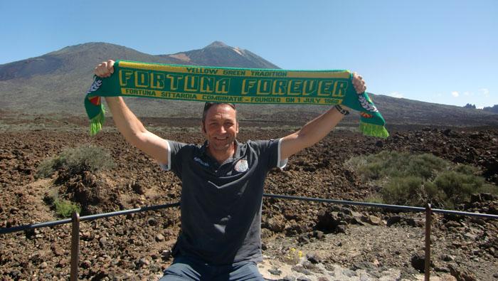 Fortunafan John uit Born voor de Teide (vulkaan op Tenerife)